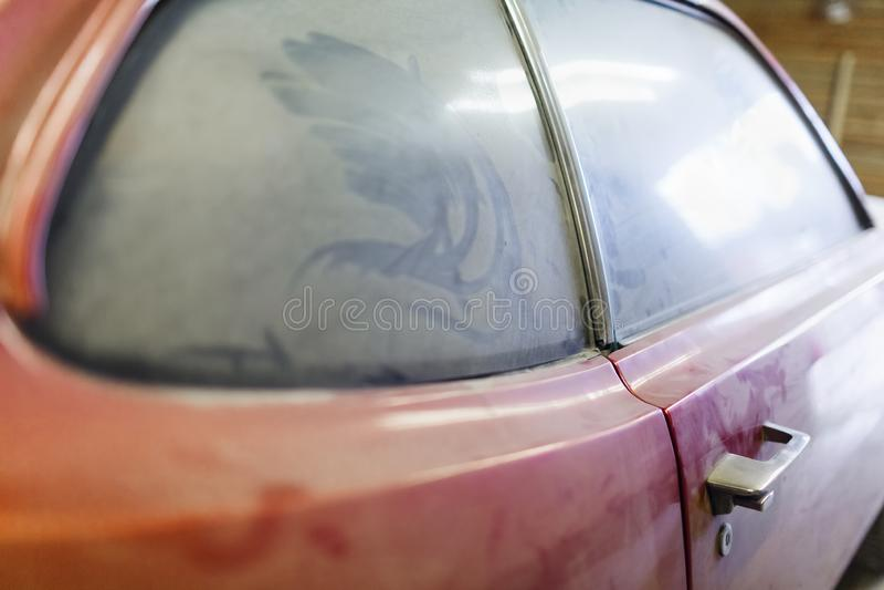 在门的焦点与减速火箭的经典红色汽车把柄和汽车锁  库存照片