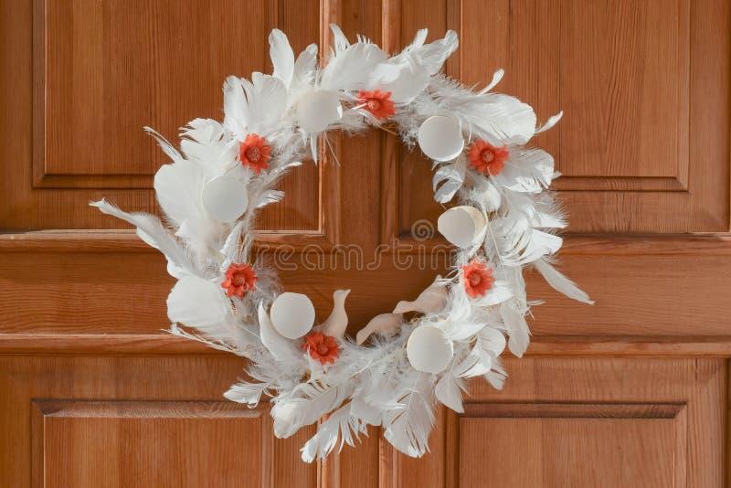 在门的自然复活节花圈 库存照片