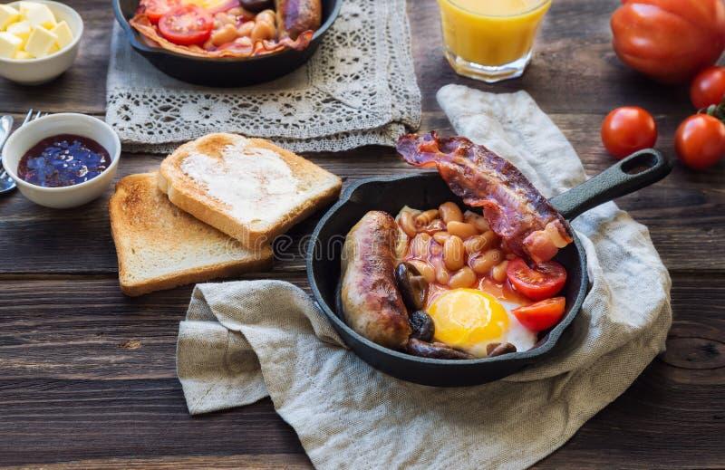 在铁长柄浅锅的英式早餐 库存照片