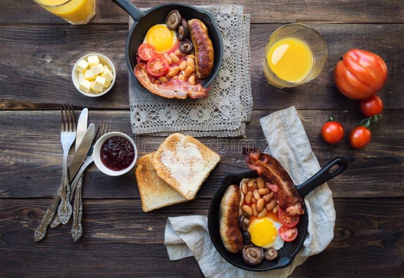 在铁长柄浅锅的英式早餐 免版税库存照片