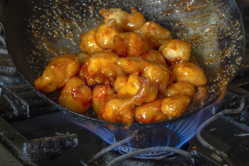 在铁锅烹调的一个甜酸调味汁的鸡块 亚洲烹调 免版税库存图片