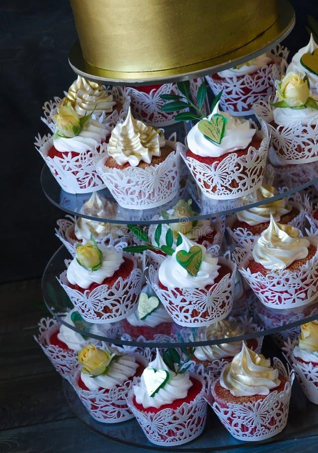 在金黄巧克力箱子的柔和的婚宴喜饼有黄色玫瑰和开心果的 库存照片