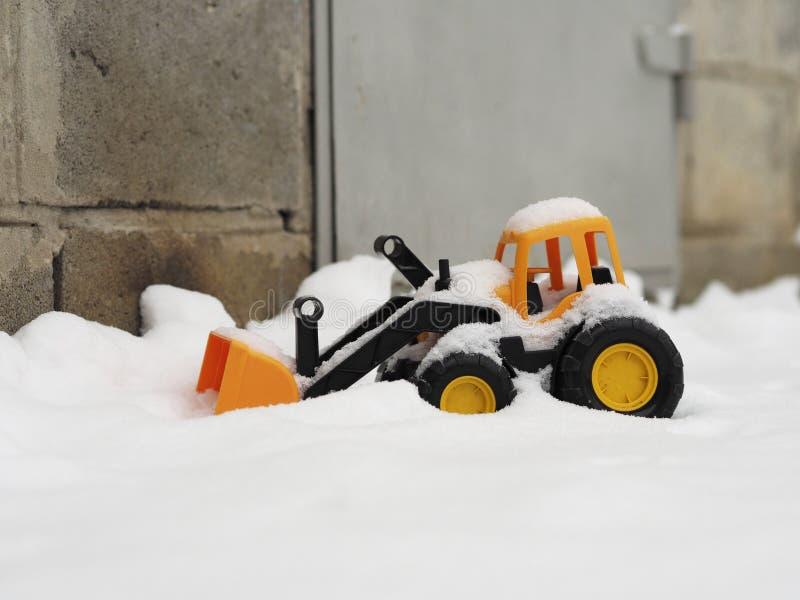 在雪的玩具拖拉机 免版税图库摄影