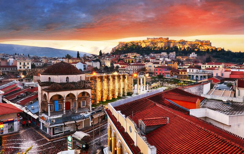 在雅典老镇和上城的帕台农神庙寺庙的全景在日出期间的 库存图片