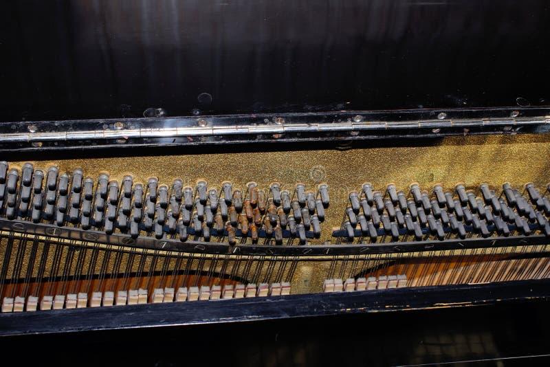 在钢琴里面的复杂暗藏的技工 16台仪器音乐会 库存照片