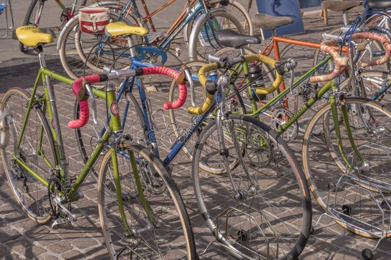 在销售中的历史种族自行车在街道旧货市场,克雷莫纳,意大利 图库摄影