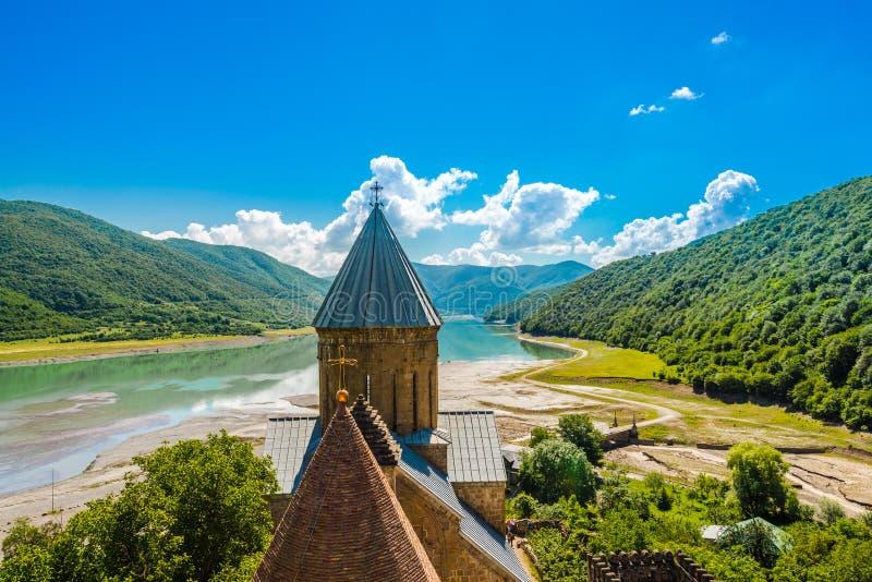 在Ananuri城堡的看法与湖,乔治亚银行的教会  免版税图库摄影