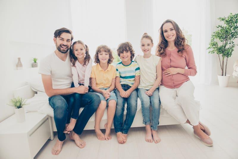 在c的大好美丽的可爱的采纳可爱的快乐的家庭 免版税库存图片