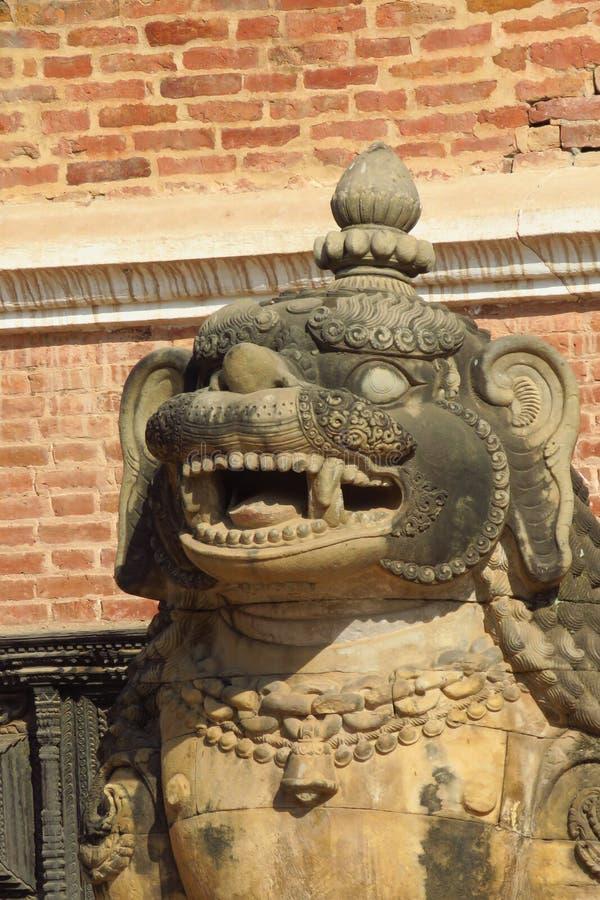 在Durbar广场,巴克塔普尔,尼泊尔的狮子雕象 图库摄影