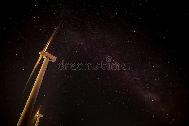 在El佩东eolic windfarm的银河在潘普洛纳,西班牙附近 免版税库存照片