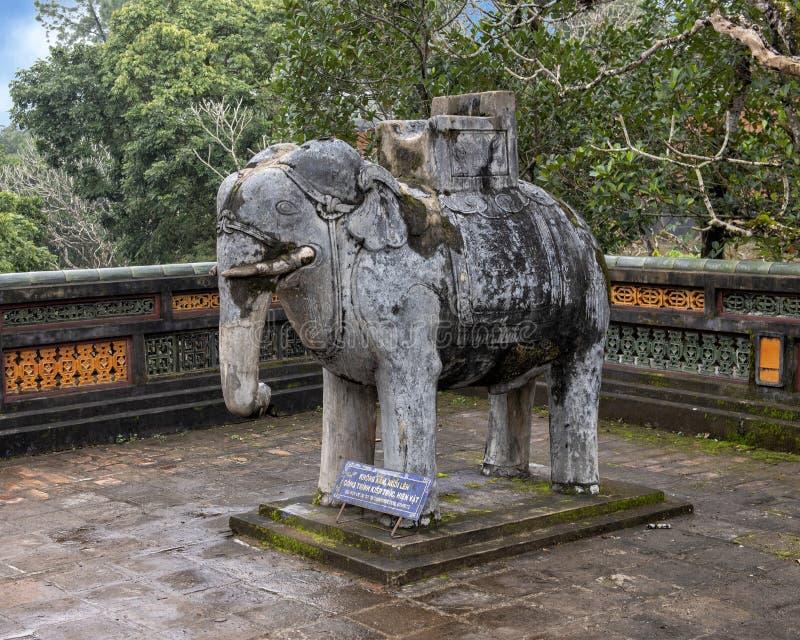 在forecort的石大象雕塑在嗣德帝皇家坟茔,颜色,越南的在石碑亭子之前 库存照片