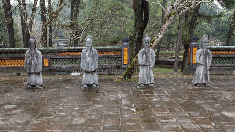 在forecort的石普通话雕塑在嗣德帝皇家坟茔,颜色,越南的在石碑亭子之前 免版税库存照片