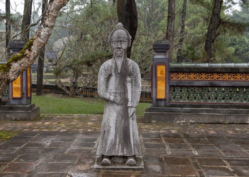 在forecort的石普通话雕塑在嗣德帝皇家坟茔,颜色,越南的在石碑亭子之前 免版税图库摄影