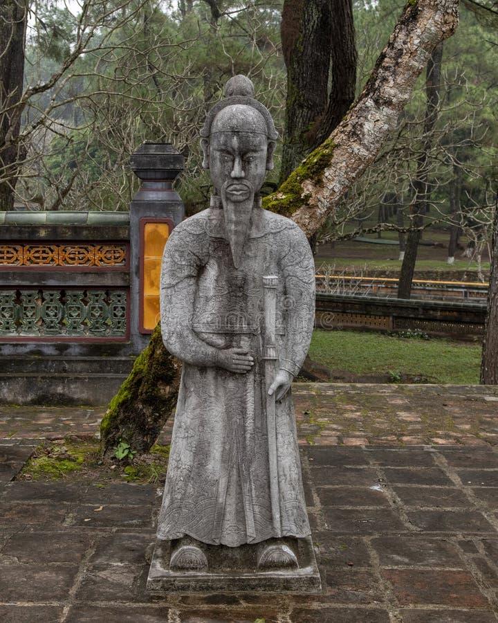 在forecort的石普通话雕塑在嗣德帝皇家坟茔,颜色,越南的在石碑亭子之前 库存图片