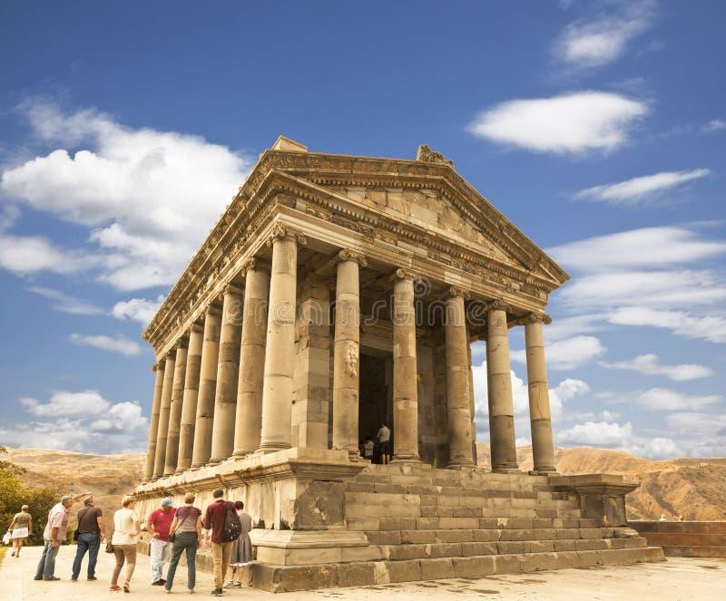 在Garni附近寺庙的游人-一个异教的寺庙在亚美尼亚在1世纪被兴建 图库摄影