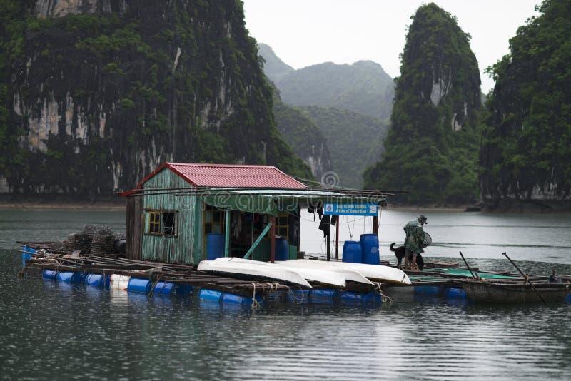 在Ha长海湾,越南美妙的风景的渔夫小船  免版税库存图片