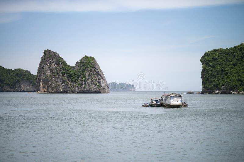 在Ha长海湾,越南的渔夫小船 免版税库存照片