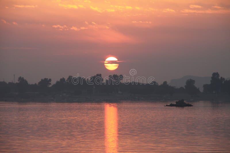 在Khanpur湖巴基斯坦的日落 免版税库存图片