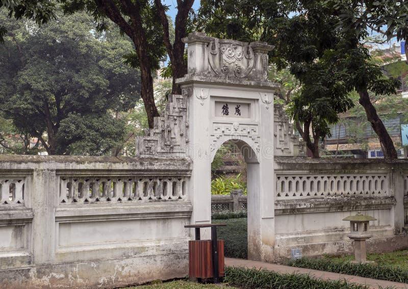 在Khue范Pavilion,第二个庭院,文学,河内,越南寺庙旁边的门  免版税库存照片