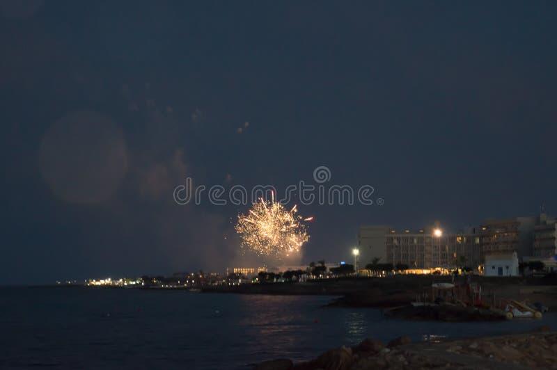 在Louma海滩的烟花在Pernera,2018年6月16日塞浦路斯 库存照片