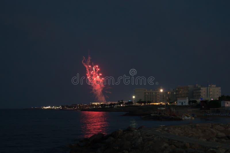 在Louma海滩的烟花在Pernera,2018年6月16日塞浦路斯 库存图片