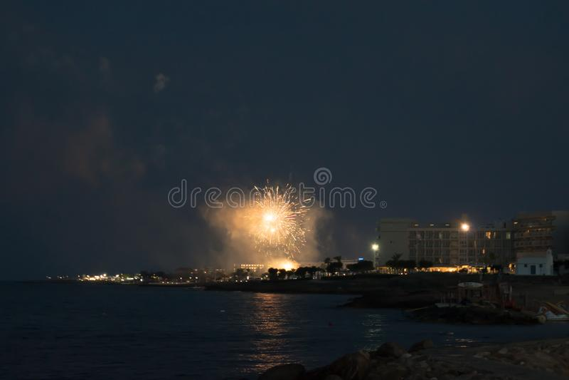 在Louma海滩的烟花在Pernera,2018年6月16日塞浦路斯 免版税库存照片