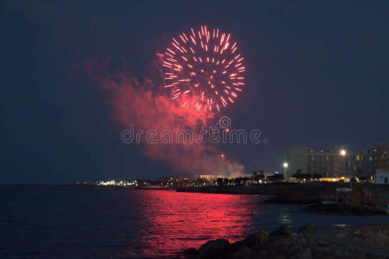 在Louma海滩的烟花在Pernera,2018年6月16日塞浦路斯 免版税库存图片