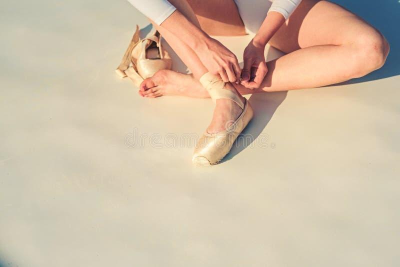 在pointe的跳舞 芭蕾舞女演员鞋子 在白色芭蕾舞鞋的芭蕾舞女演员腿 系带芭蕾拖鞋 在pointe的女性脚 库存照片