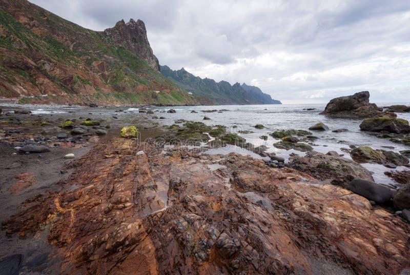 在Taganana海滩,北部特内里费岛海岛,加那利群岛,西班牙的剧烈的海岸线风景 免版税库存图片
