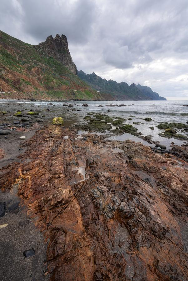 在Taganana海滩,北部特内里费岛海岛,加那利群岛,西班牙的剧烈的海岸线风景 库存照片