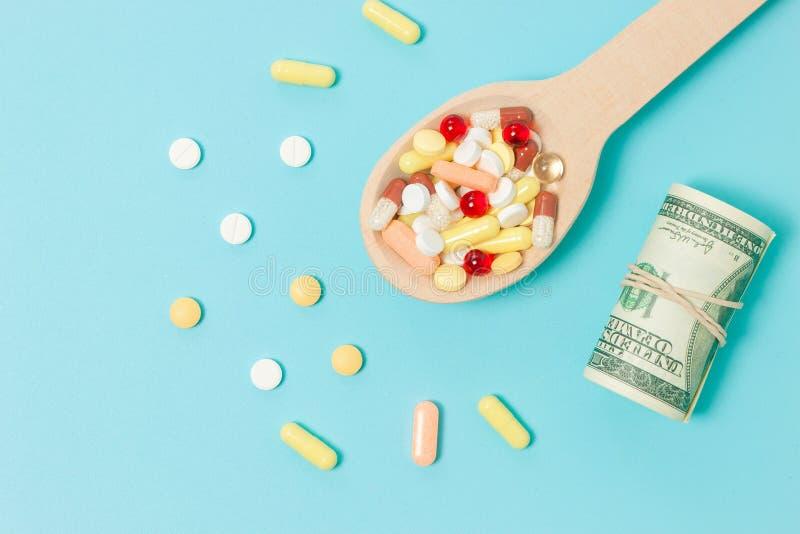 医学药片、片剂和胶囊在木匙子 免版税库存图片