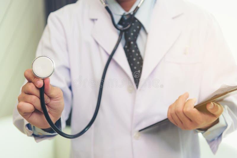 医生使用一个听诊器检查病症 免版税库存照片