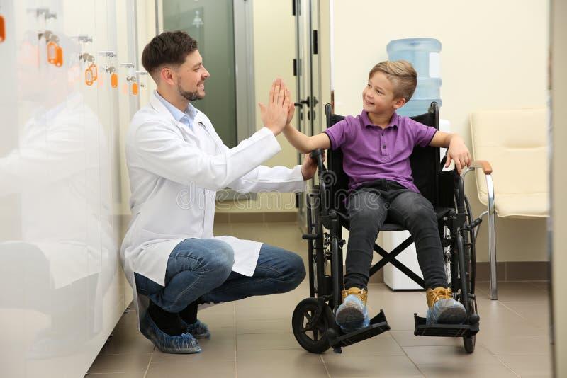 医生和小孩轮椅的 库存照片