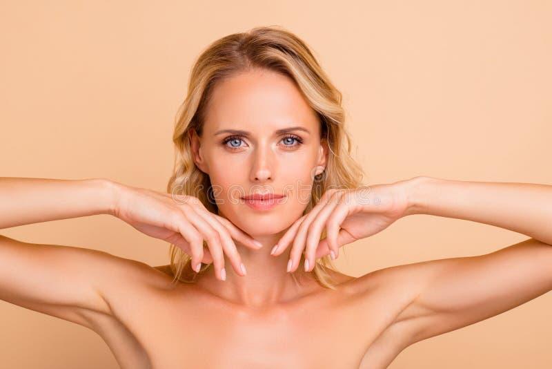 医疗戒毒所回复广告概念 可爱的可爱的裸体女孩特写镜头画象有干净的明白的 库存照片