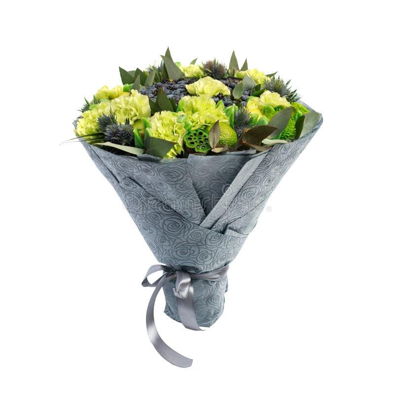包括蓝莓,黑莓,柠檬的独特的花束装饰用绿色康乃馨在白色背景被隔绝 库存图片