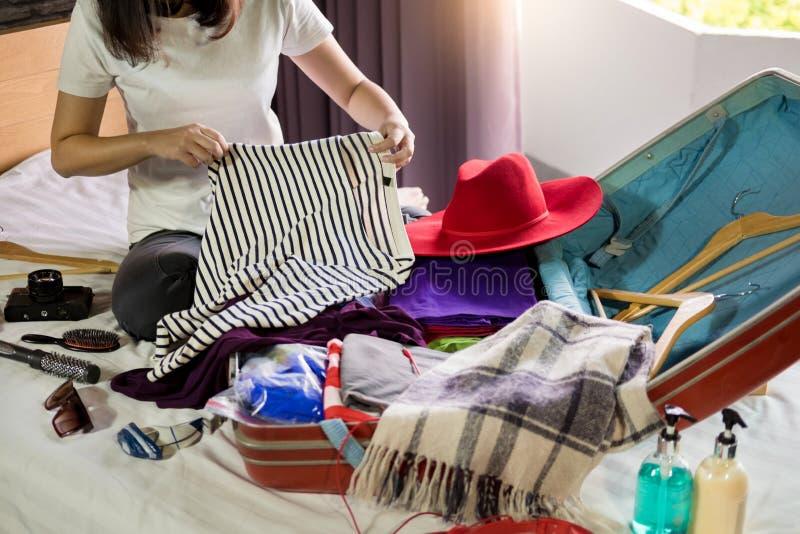 包装一次新的旅途和旅行的妇女手一件行李一个长的周末 库存照片