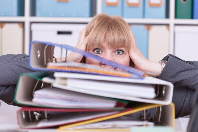 办公室强调的妇女 烧坏的在经济情况的概念和劳累过度 库存照片