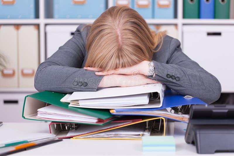 办公室强调的妇女 烧坏的在经济情况的概念和劳累过度 免版税库存照片