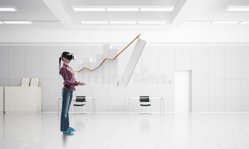 办公室内部的女孩在使用创新技术的虚拟现实面具 混合画法 免版税库存图片