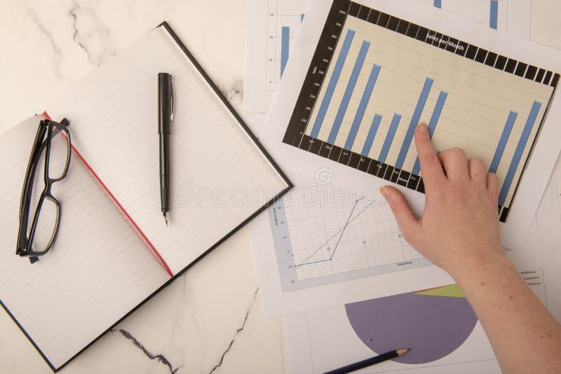 办公桌顶视图有图表和书的 图库摄影