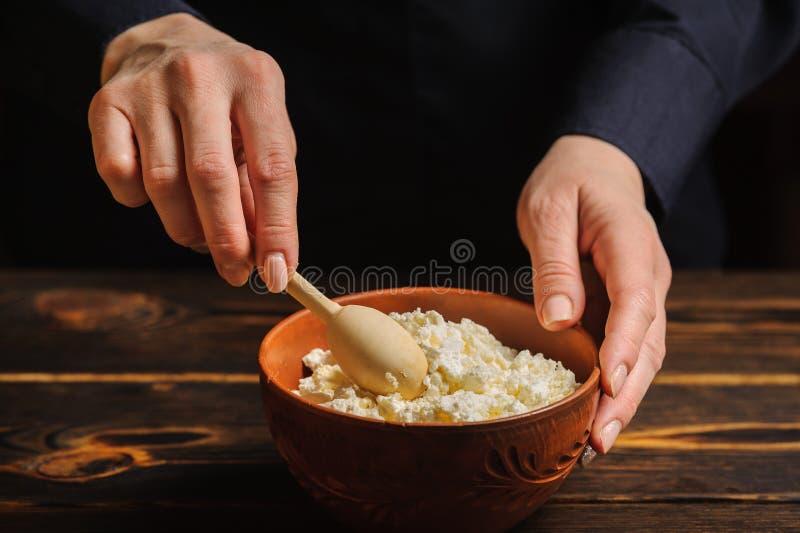 厨师准备土气酸奶干酪盘  免版税图库摄影
