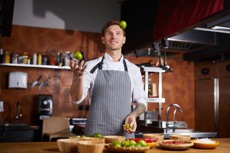 厨师玩杂耍的柑橘 免版税库存图片