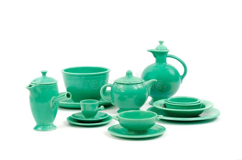 原始的绿色釉古色古香的葡萄酒节日瓦器和碗筷的汇集 免版税库存图片