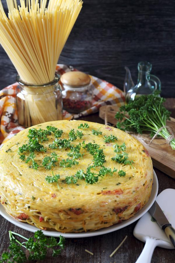 原封圆的意粉饼用猪油、乳酪和荷兰芹 库存图片