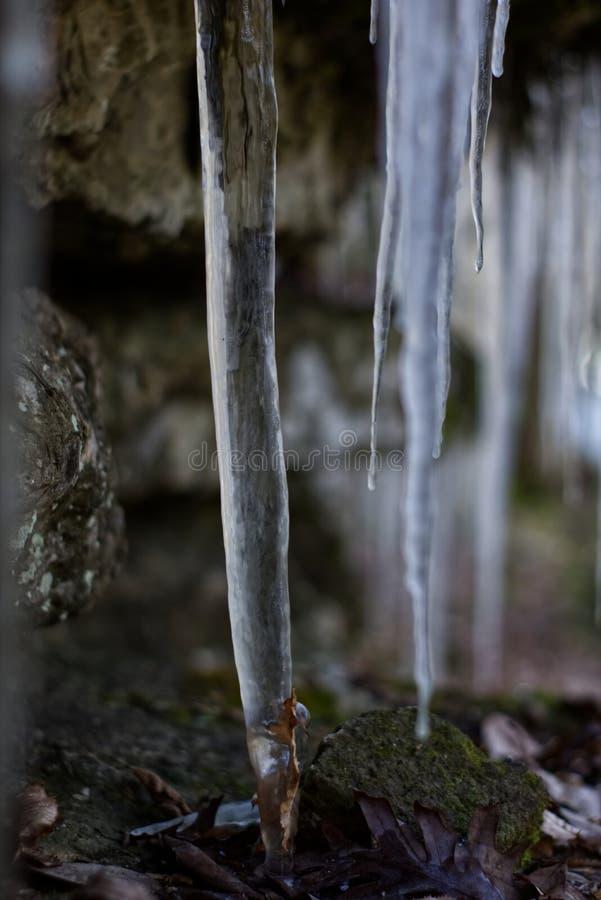 垂悬从石头的冰柱 免版税库存照片