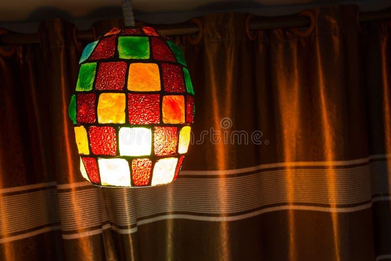 垂悬在天花板的五颜六色的灯灯笼 免版税库存照片