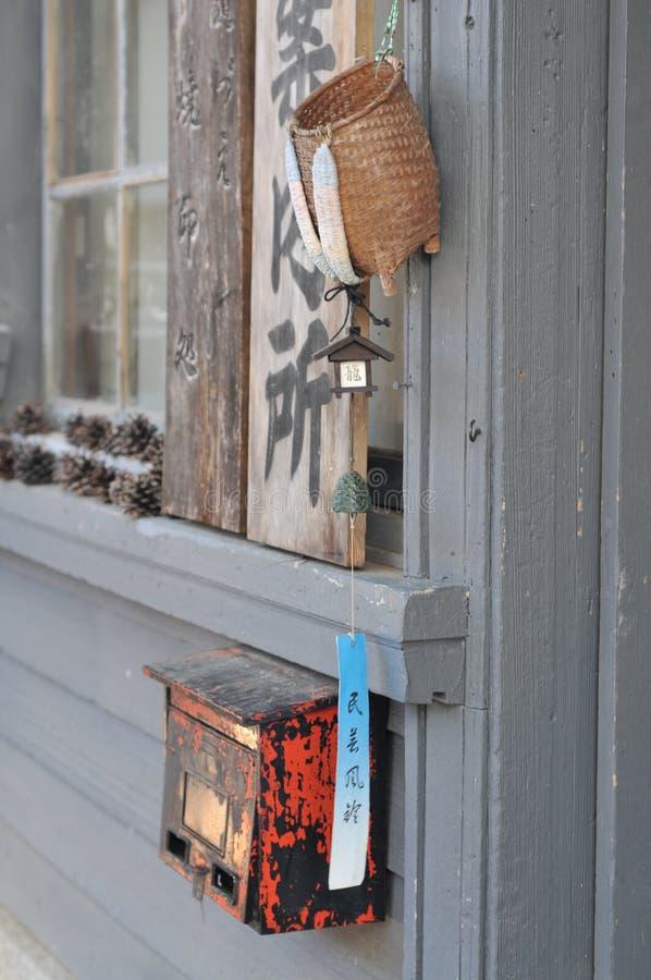 垂悬在旅游讯息点的入口门廊的典型的风铃在Tsumago,日本 免版税库存图片