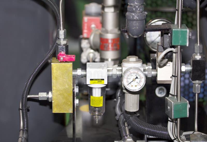 压力表的监测的数量和控制压力机器油和煤气关闭和空气过滤器industial工作的在 免版税库存图片