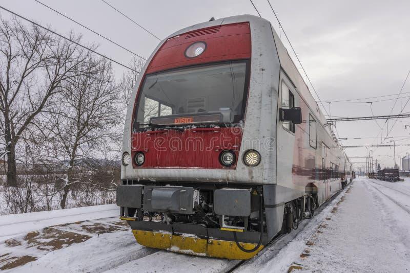 利帕尼驻地在冬天与火车和平台的雪早晨 库存图片