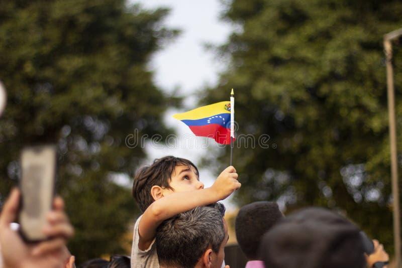 利马,利马/秘鲁- 2019年2月2日:拿着在抗议的孩子委内瑞拉旗子反对尼古拉斯・马杜罗 免版税库存图片